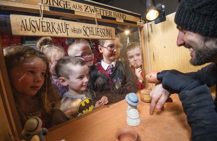 Children at a Mano puppetry show by El Patio. Photo: Neil Harrison