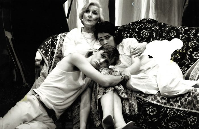 Edith MacArthur (centre), David Tennant, Louise Delamere in Hay Fever at the Lyceum, Edinburgh in 1992.