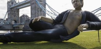 A statue of Jurassic Park's Jeff Goldblum outside London Bridge