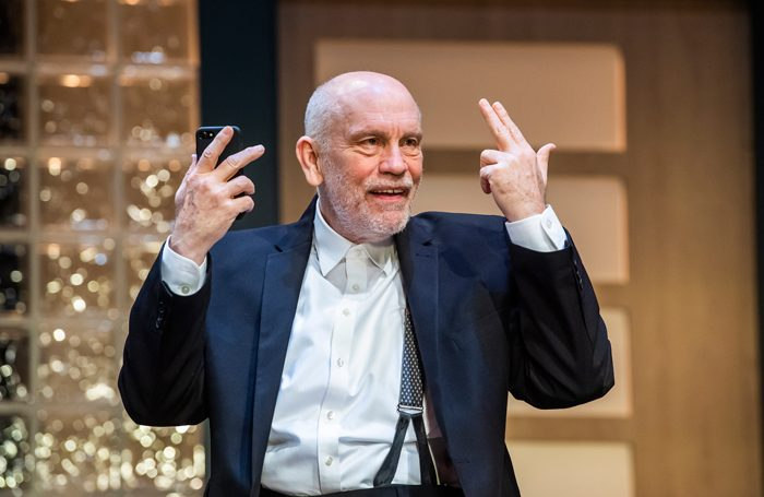 John Malkovich dans Bitter Wheat au Garrick Theatre, Londres | © Tristram Kenton - West End
