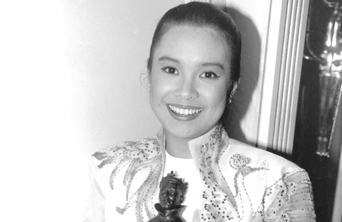 Lea Salonga receiving her Olivier for best actress of the year in a musical in 1990. Photo: Nigel Hinks